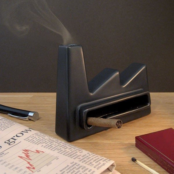Anderledes askebæger formet som en fabrik