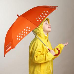 Børneparaply der skifter farve