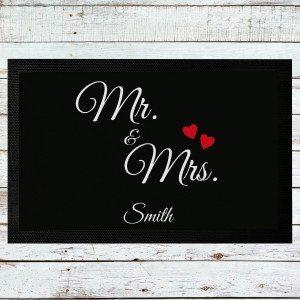 """Dørmåtte med """"Mr. & Mrs.""""-tryk og navn"""