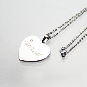 Halskæde med hjerteformet vedhæng med indgravering