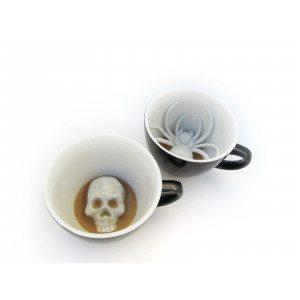 Kaffekop med edderkop eller dødningehoved