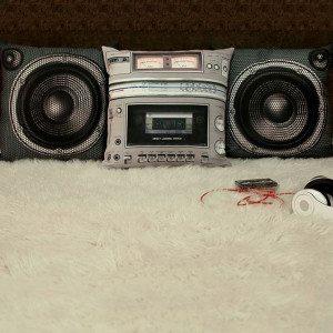 Plyspude formet som et boombox stereoanlæg