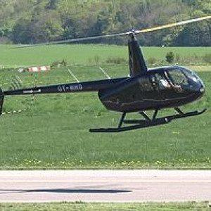 sort helikopter på plæne